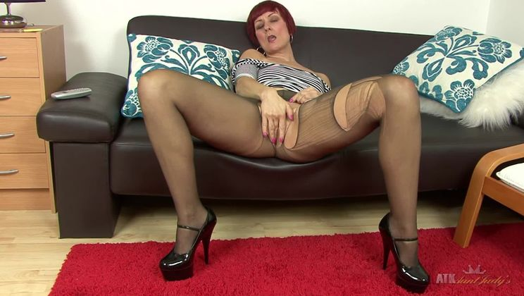 Mature Penny Brooks fingers herself.