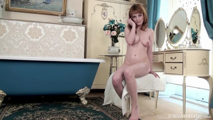 Lola Gatsby spreads oil all over her sexy body