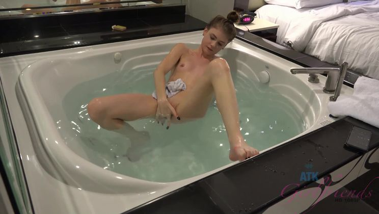 Hannah makes it to Vegas, and you make her cum.