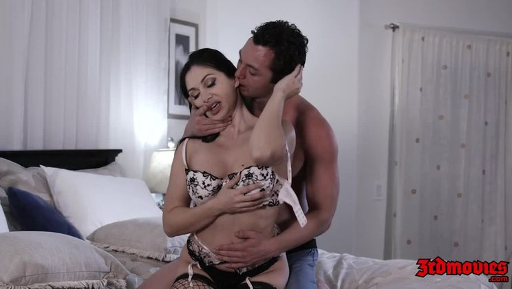 Sexy MILF Lea Lexis Gets Her Pussy Creampied