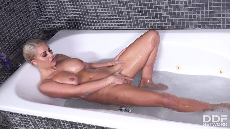 Bombshell Gets Dirty With Her Dildo